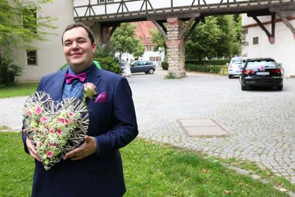 First Look Shooting in Blaubeuren - Bräutigam Benjamin wartet auf Braut Inge