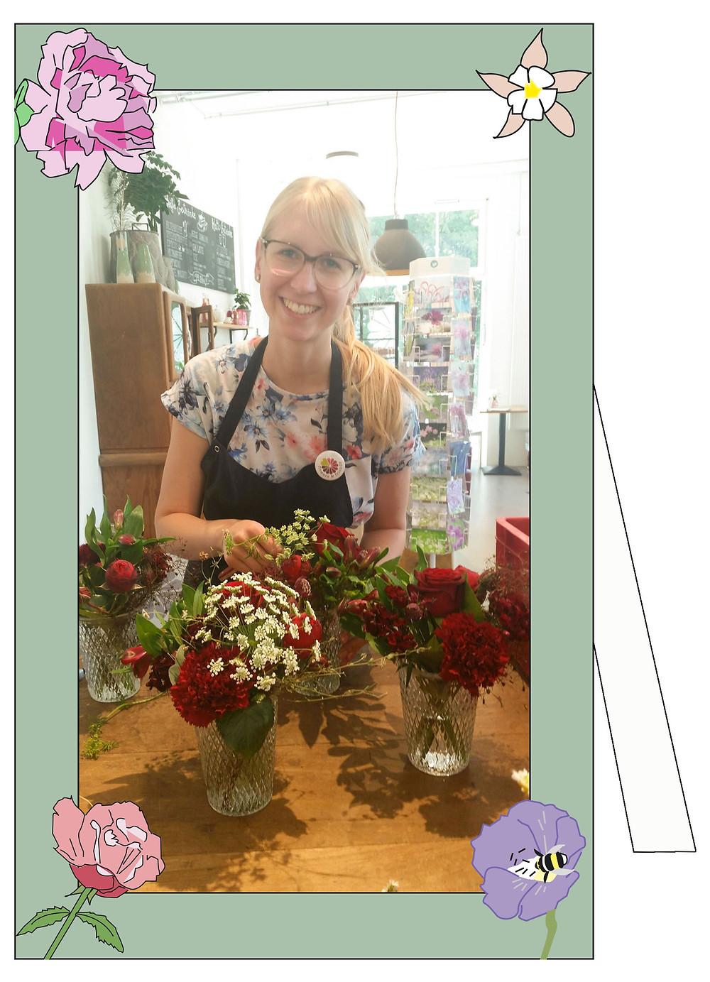 Flositin Julia Föhl von Flowers & Friends beim Binden eines Brautstraußes.