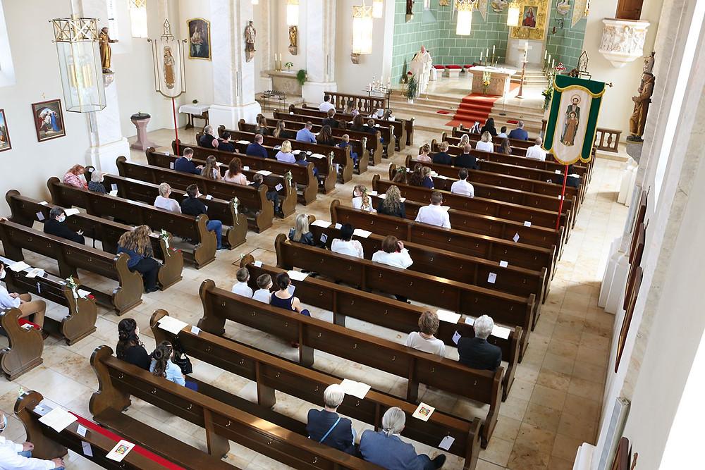 Blick von der Empore der Pfarrkirche St. Mauritius in Horb-Nordstetten. Die Gemeinde sitzt auf den Kirchenbänken.