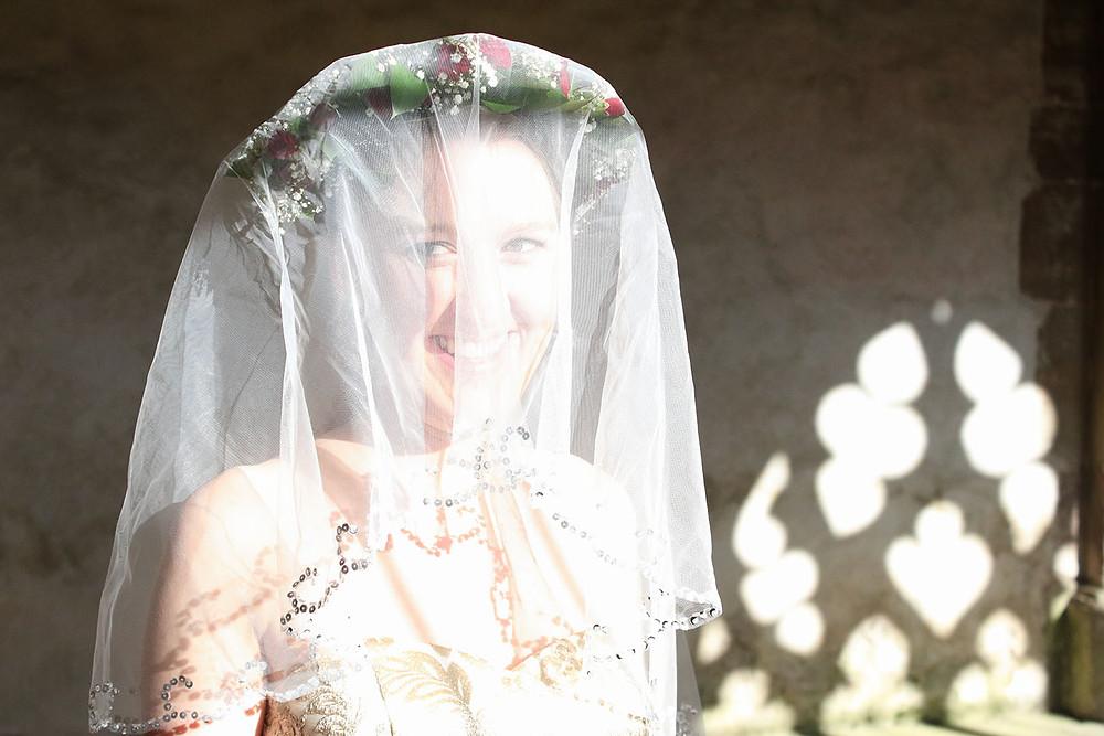 Braut Eva mit ihrem romantischen Brautschleier - Fotografie Ohana Photography.