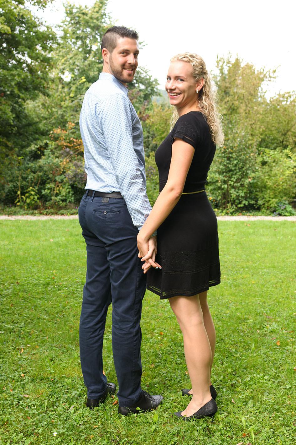 Der Garten bietet die perfekte Fotokulisse. Jasmine und Florian Hand in Hand.