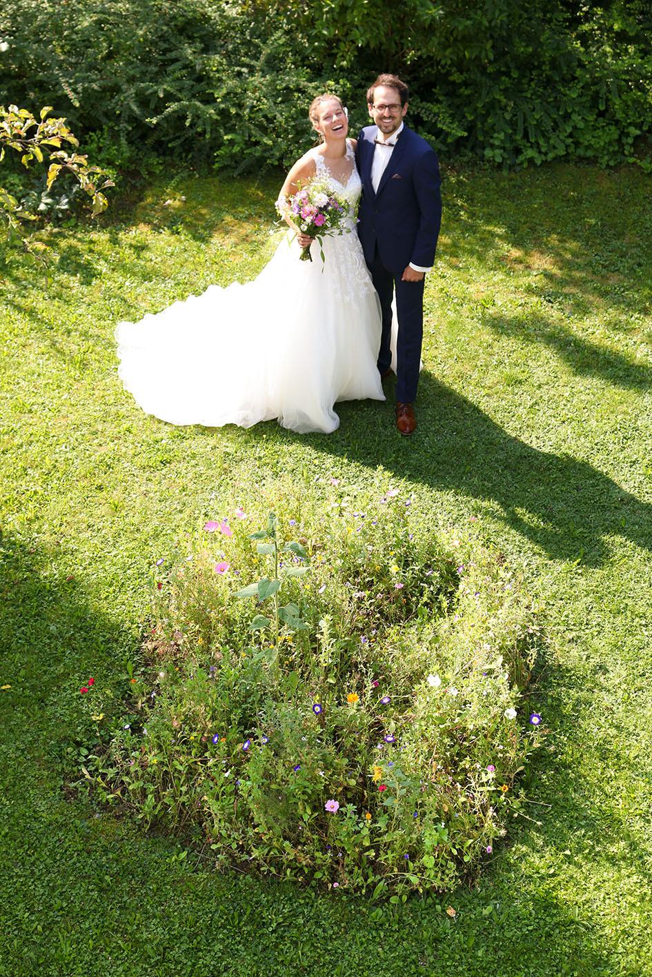 Brautpaar Ludmilla und Wolfi im Garten von Wolfis Mutter.