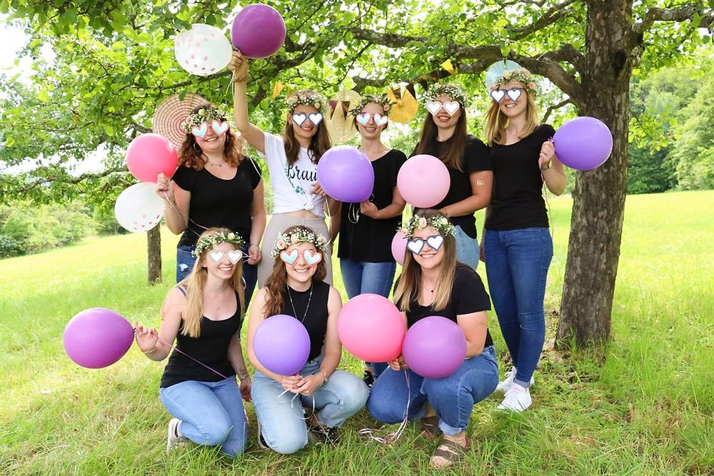 Gruppenfoto der JGA-Mädels mit bunten Luftballons in Tübingen.