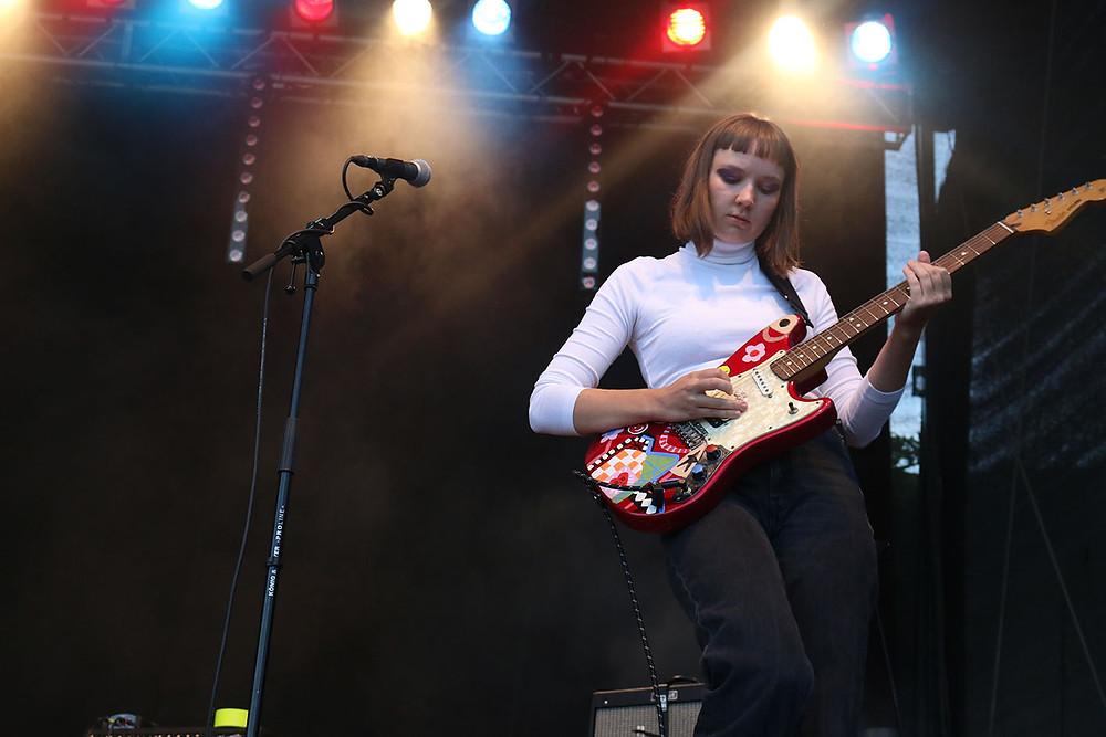 Nastasja Ronck an der Gitarre.