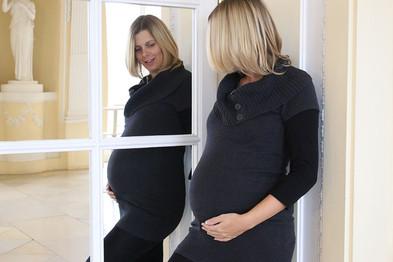 Babybauch im Spiegelbild beim Fotoshooting in Stuttgart.