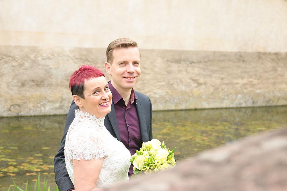 Braut Tomris und Bräutigam Daniel stehen direkt am Wassergraben.