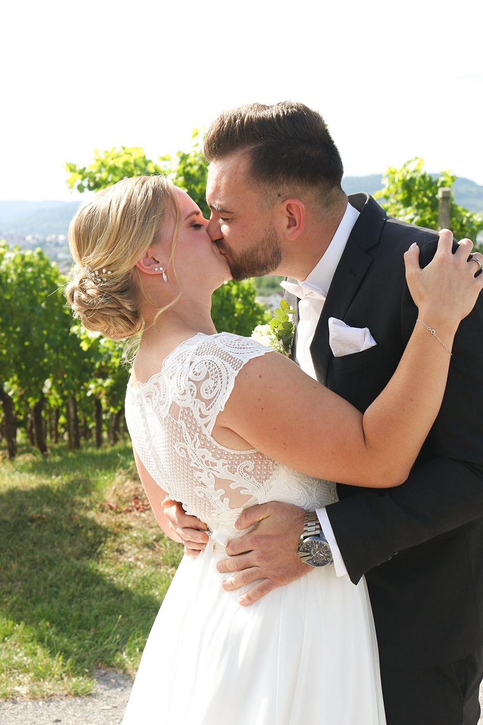 Romantischer Kuss beim First-Look-Shooting.
