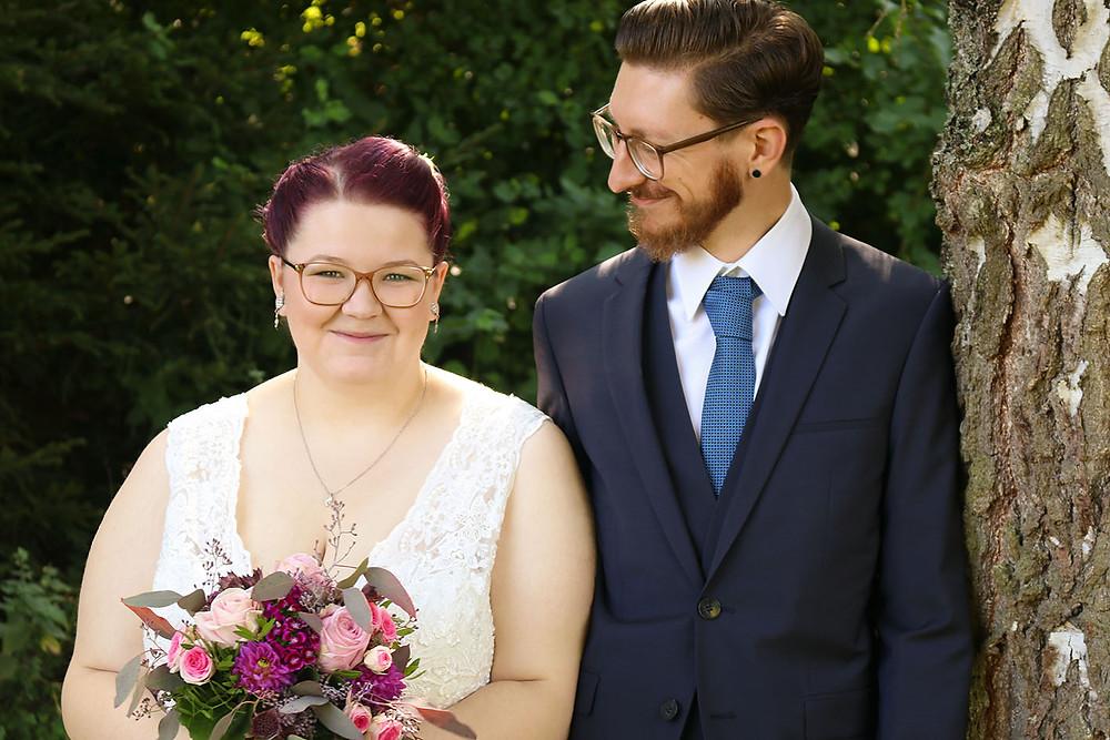 Christian blickt seine Braut Nina freudig an.
