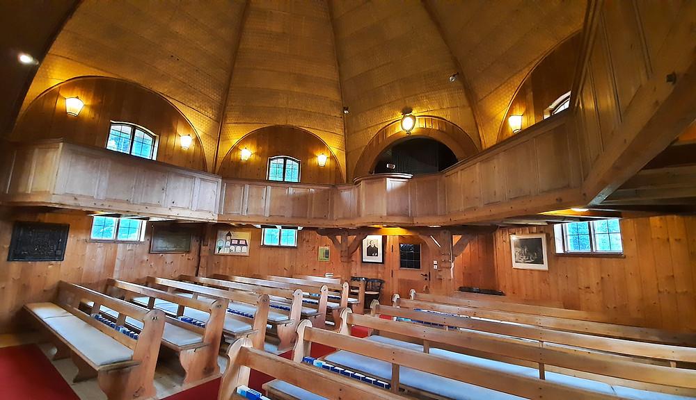 Die achteckige Kirche ist beleuchtet und ist komplett aus Holz.