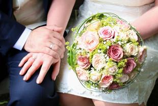 Brautstrauß und Eheringe im Fokus. Hochzeit in Stuttgart-Mühlhausen.