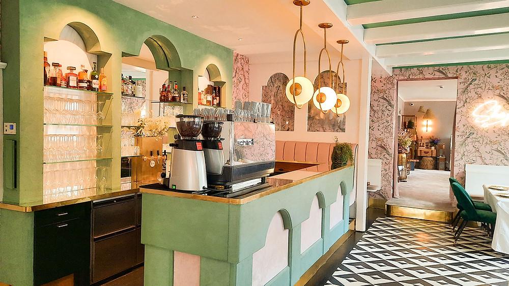 Fernblick-Bar im Erdgeschoss in mintgrün und rosa.