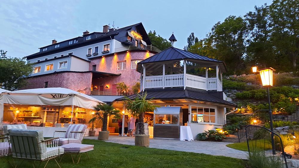 Das Design-Hotel Fernblick Außenansicht mit Beleuchtung.