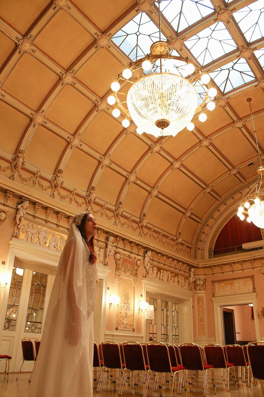 Brautshooting in der Stadthalle Heidelberg. Die großartige Decke und der imposante Kronleuchter im Fokus - Fotoaufnahme Ohana Photography