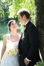 Verliebt blickt die Braut in die Augen ihres Bräutigams.