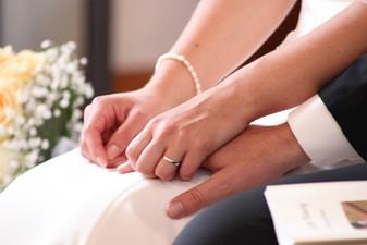 Händchenhalten bei der Trauung in Unterjesingen.