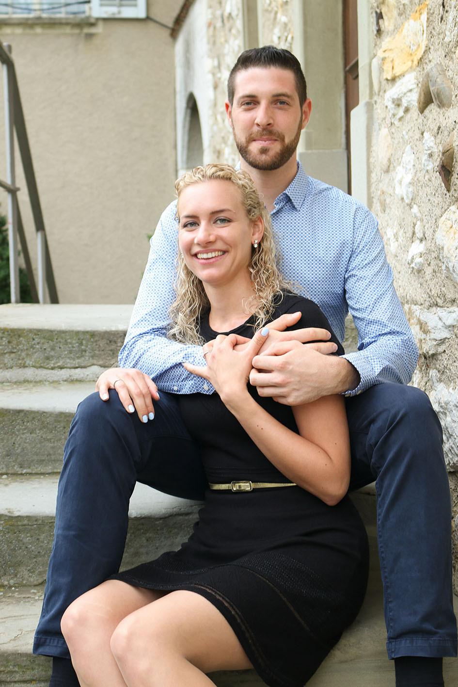Jasmine und Florian sitzen auf einer Treppe.