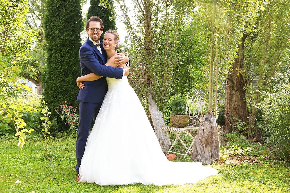 Ludmilla und Wolfi umarmen sich herzlich. Das First-Look-Shooting in einem Garten in Ostelsheim.