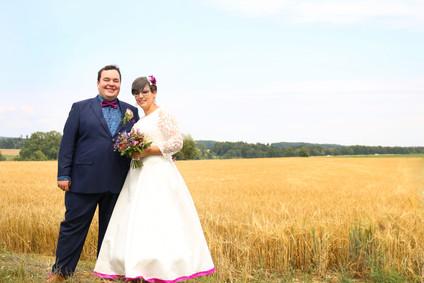 Brautpaar am Feldrand in Berghülen - Hochzeitsfoto von Ohana Photography