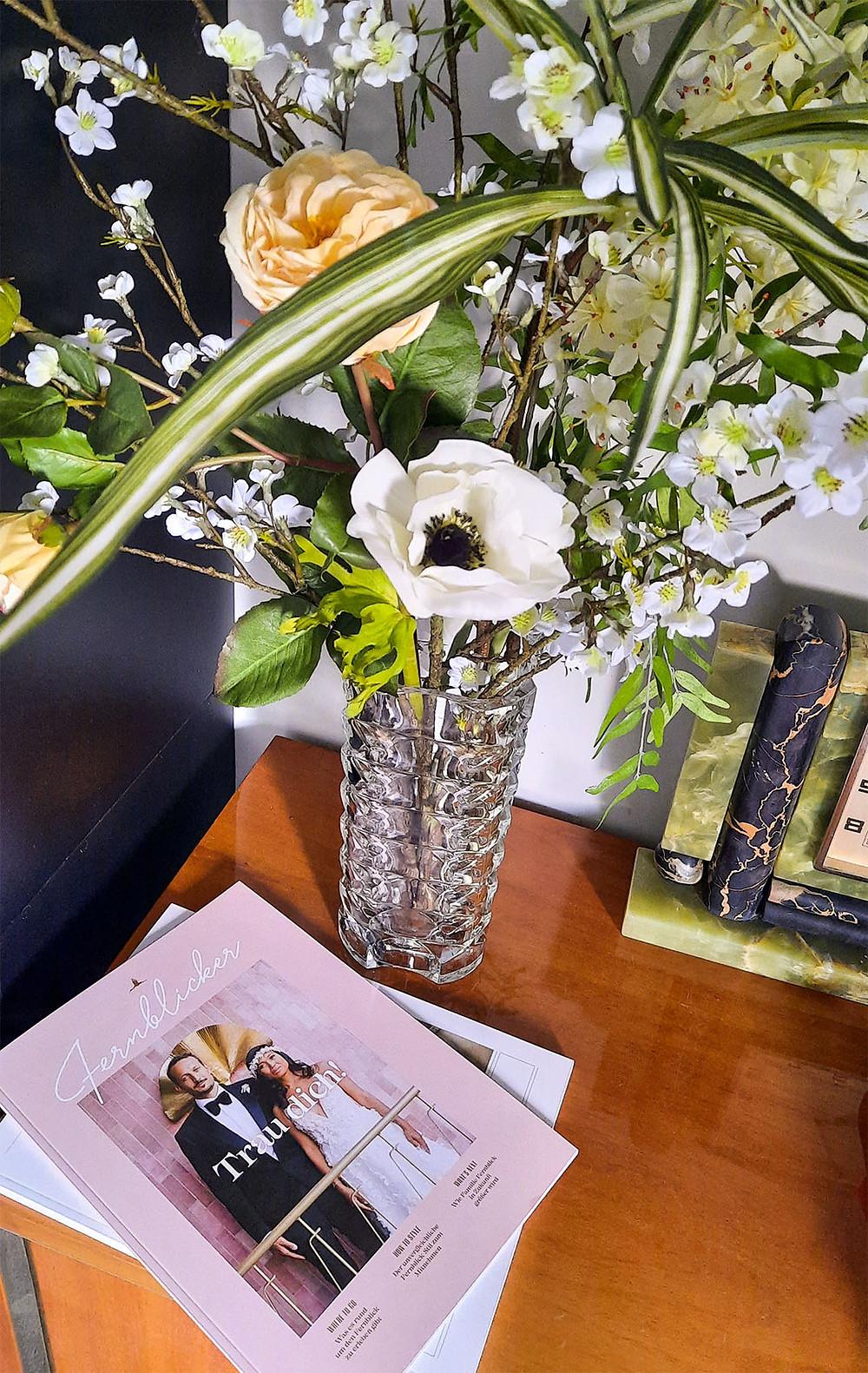 Vase im Hotelzimmer mit dem Fernblicker-Magazin.
