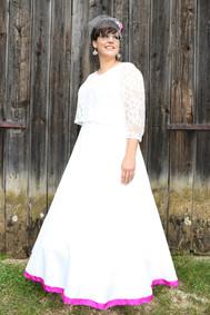 Braut vor Scheune - Vintage pur mit Ohana Photography
