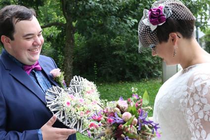Braut und Bräutigam beim First-Look-Shooting im Klosterhof in Blaubeuren