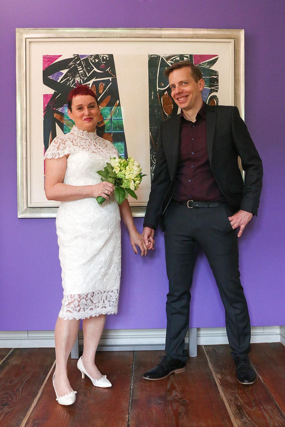 Braut Tomris und Bräutigam Daniel stehen vor ihrem favorisierten Bild im Schloss Glatt.