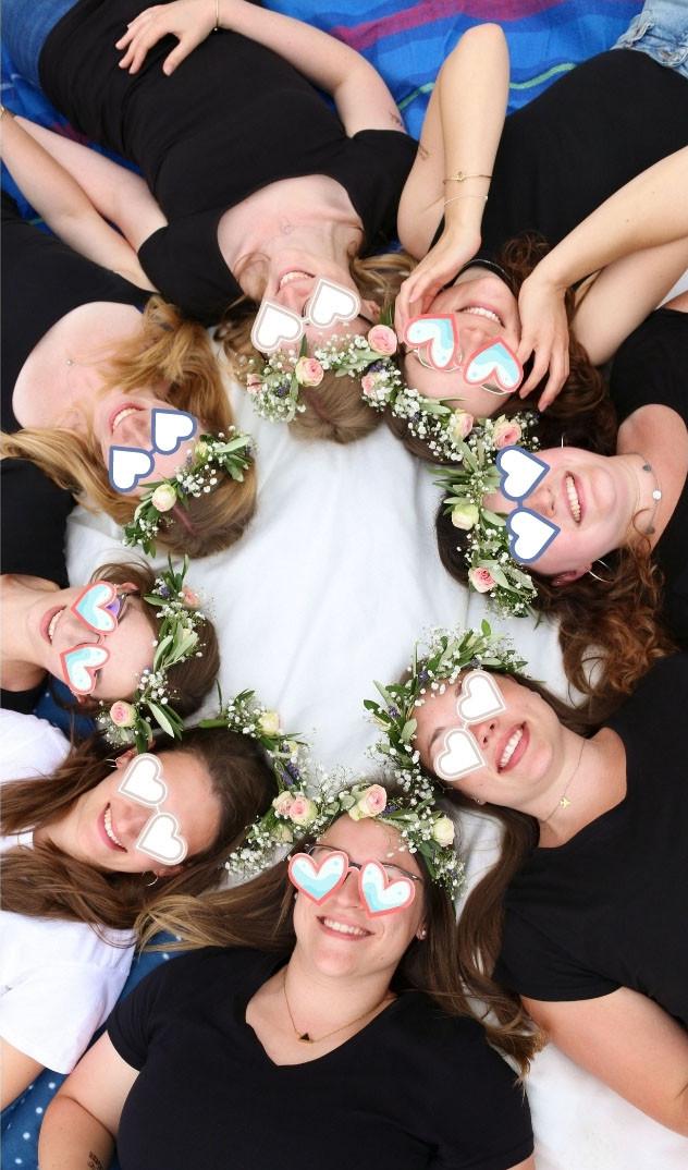 Trauzeugin, Braut und ihre Freundinnen liegen im Kreis.