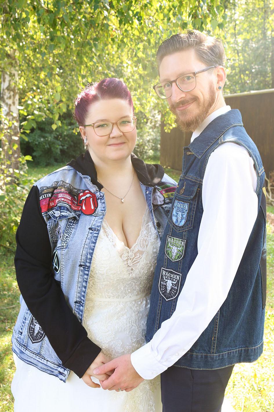 Nina und Christian mit stehen unter einer Birke. Sie tragen Ihre Fan-Jacken.