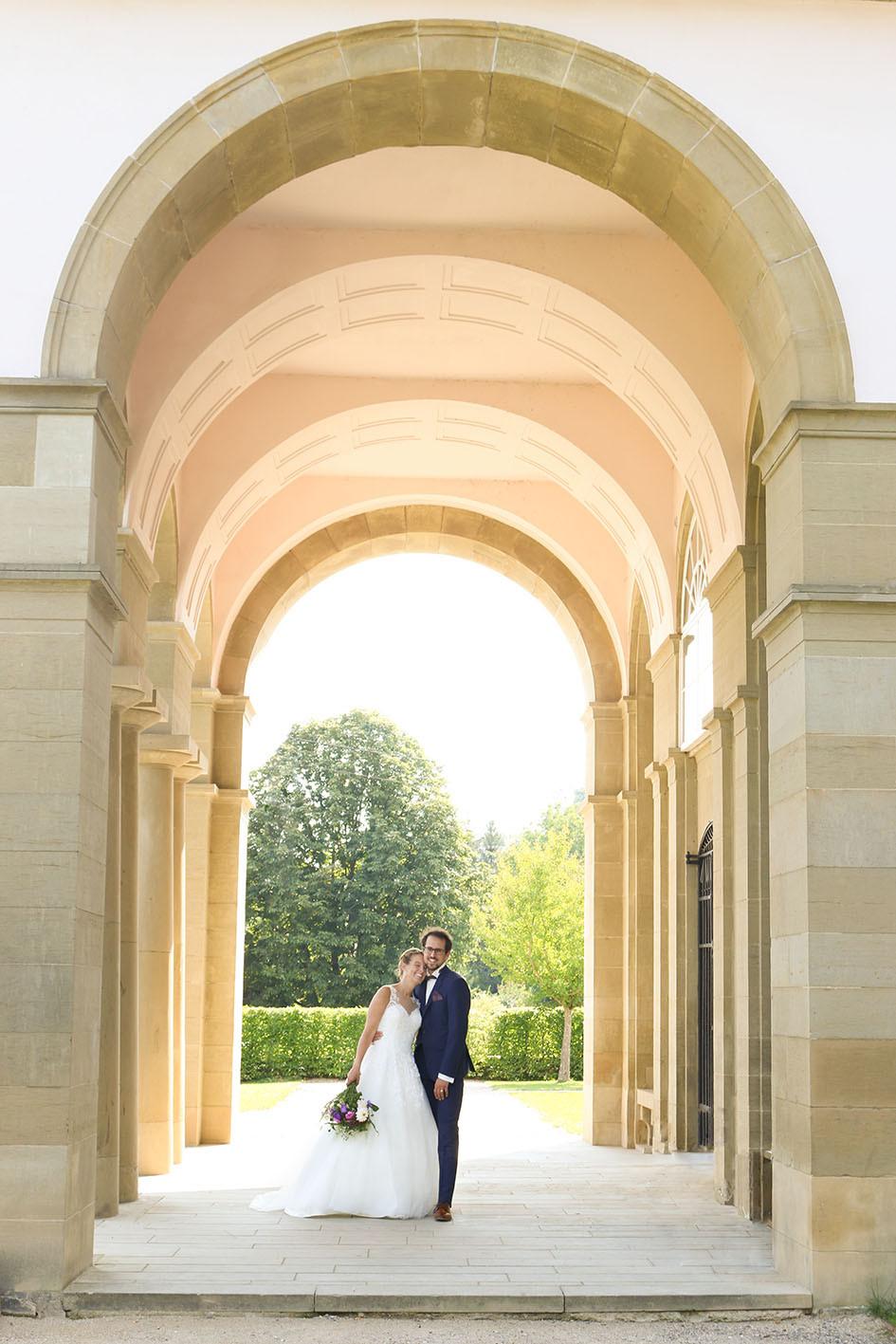 Der Torbogen von Schloss Dätzingen umramt das Brautpaar.