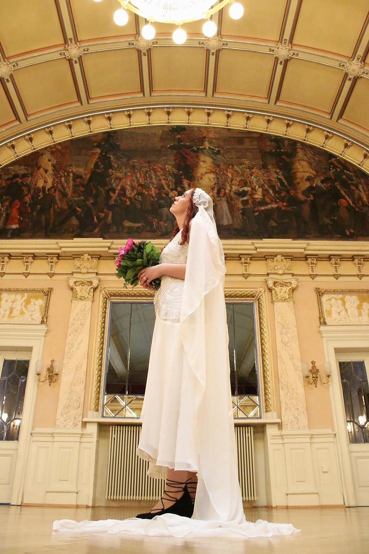 Unsere Braut mit Blick nach oben im Spiegelsaal - Foto Ohana Photography