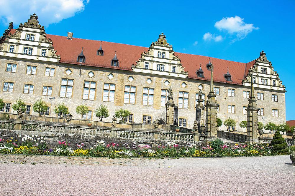 Schloss Weikersheim Ansicht Gebäude mit Frühlingsblumen