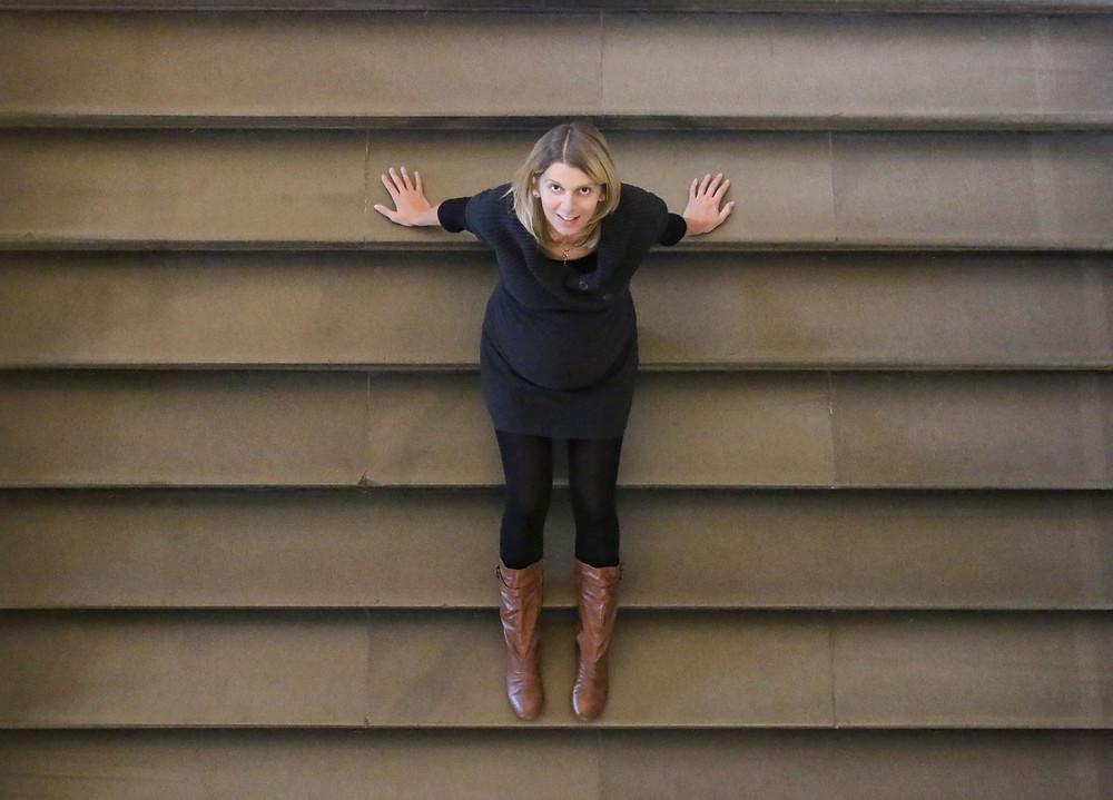 Eine kleine Pause auf einer Treppe. Sarah blickt nach oben.