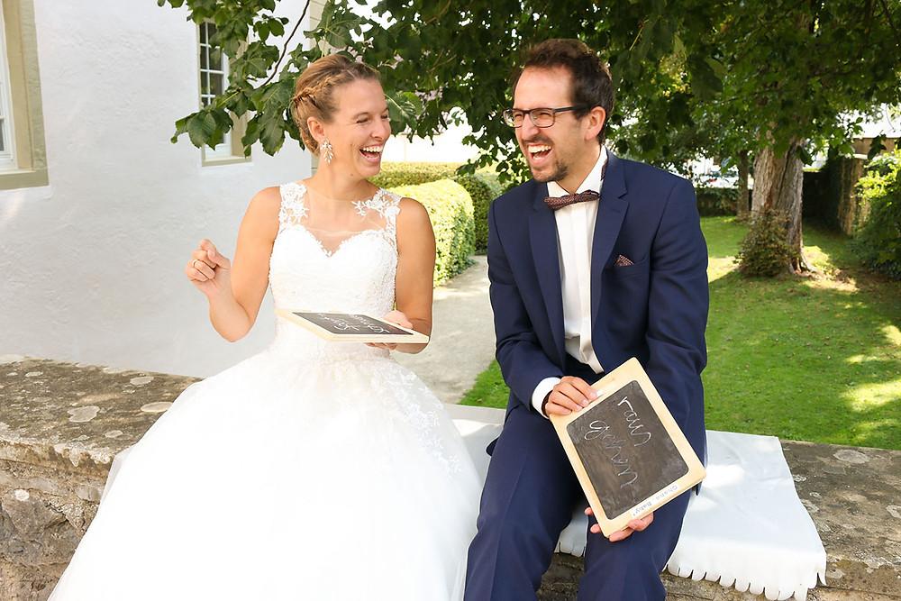 Braut und Bräutigam lachen gemeinsam.