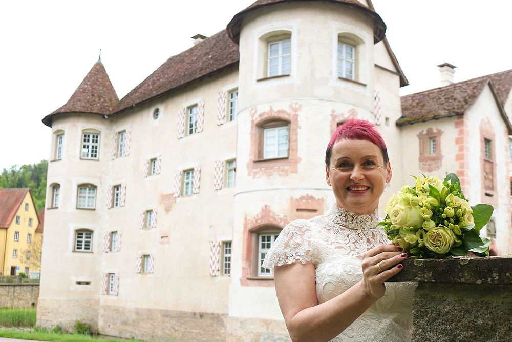 Tomris mit ihrem Brautstrauß vor dem Schloss Glatt in Sulz am Neckar.