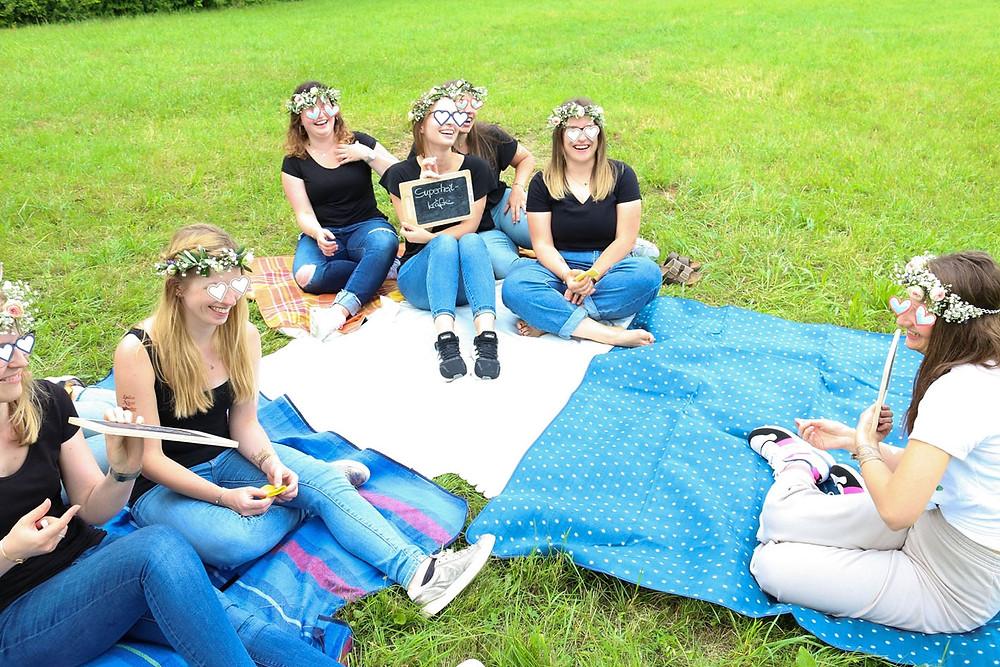 Die Mädels beim JGA-Tafelspiel. Sie sitzen auf Picknick-Decken.