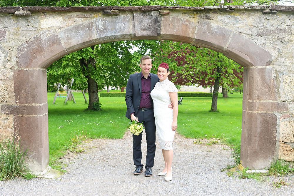 Daniel und Tomris stehen unter einem Torbogen im Glatter Schlossgarten.