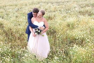 Der Bräutigam umarmt zärtlich seine Braut.