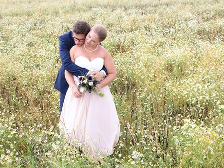 Romantik im Blumenfeld: Unser August-Brautpaar Nadine und Tobias
