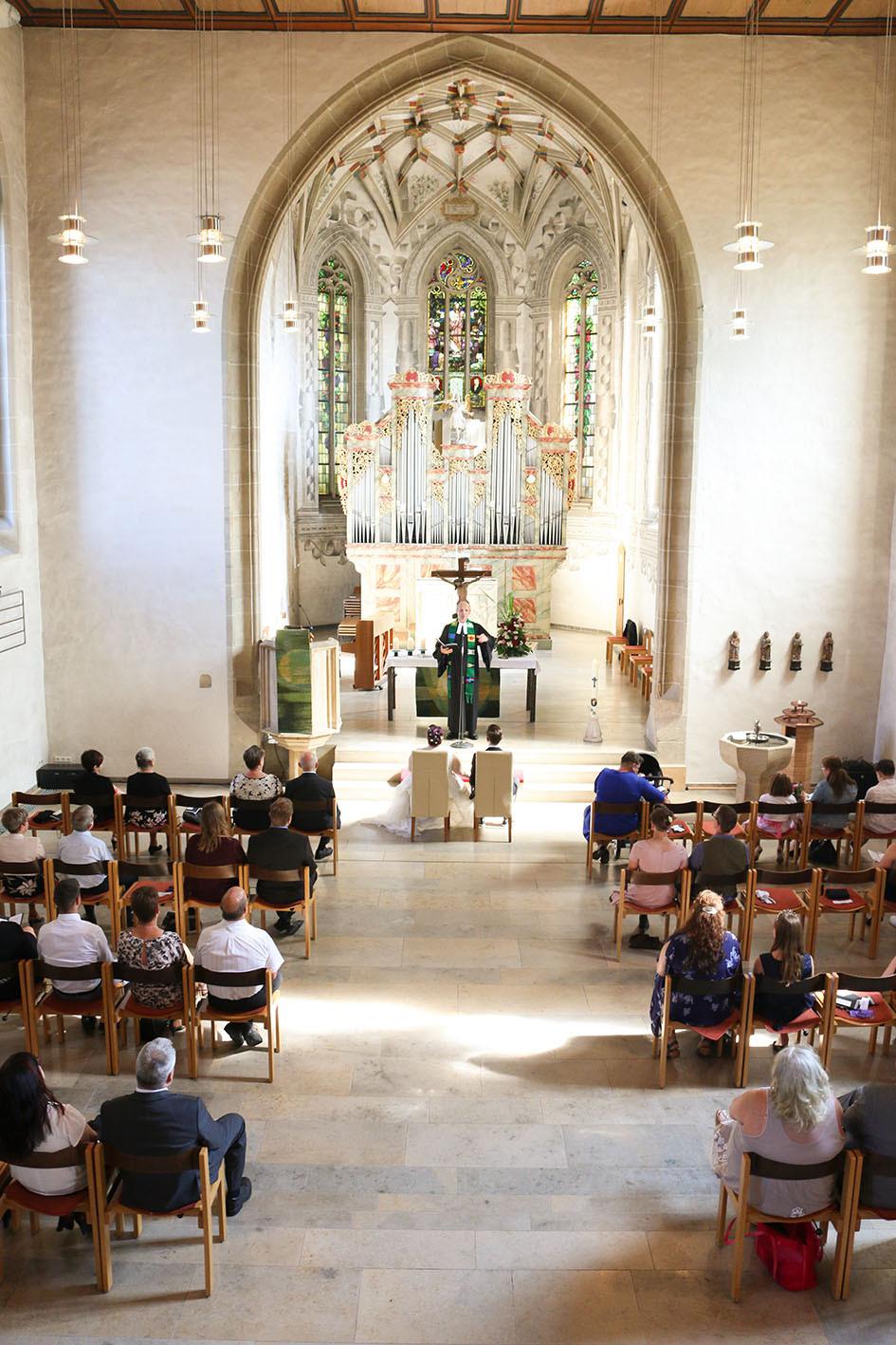 Blick von oben: Ein Blick auf die Trauzeremonie von Nina und Chris in Mössingen. Die Gäste halten den nötigen Corona-Abstand.