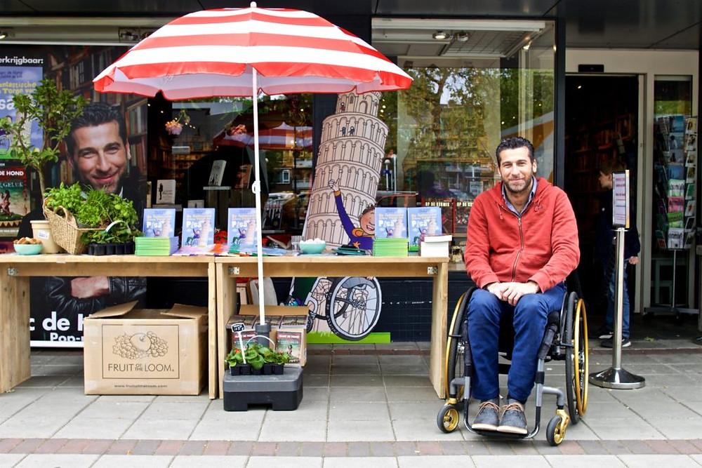 Marc de Hond signeert voor De Amsterdamse Boekhandel