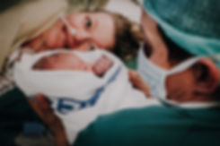 foreldre som holder sitt nyfødte barn etter et keisersnitt. Av Maria Hilebrand ved Born Wild Photography