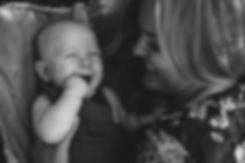 Mamma og baby som skratter sammen. Av Maria Hilebrand ved Born Wild Photography