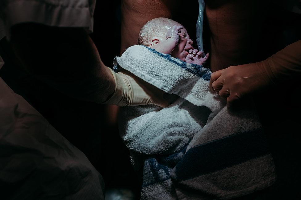 Barn som fødes med navlesnoren inntakt. Av Maria Hilebrand ved Born Wild Photography