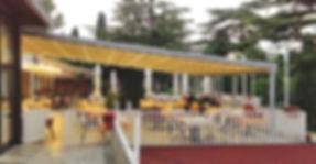 Pergola pour terrasse de restaurant avec toit rétractable, éclairage led | stores coulissanten pvc cristal avec renforts | Pergola commerciale