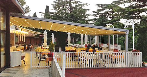Pergola pour terrasse de restaurant avec toit rétractable, éclairage led   stores coulissanten pvc cristal avec renforts   Pergola commerciale
