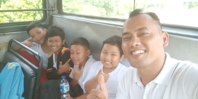 Naik Metro mini bareng Kak Rendy