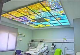 Plafond lumineux installé dans une salle de soin