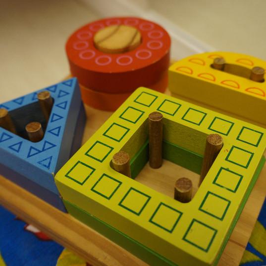 Aquarela Espaço Infantil: brinquedos geométricos de encaixe
