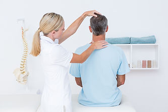 врач смотрит шею.jpg
