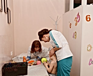 Врач и медсестра медцентра Сартов-ДЭНС проводят сеанс ЭРт ребенку с аутизмом.